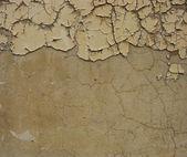 Špinavé béžové hnědé zeď s žvanili natřít loupání v — Stock fotografie