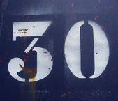 Číslo 30 třicet stříká v bílém na rezavou modré kovové plat — Stock fotografie