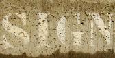 Le signe verbal pulvérisé sur le béton humide — Photo