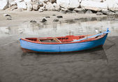 Fishing boat on shore of sandy beach. — Stock Photo