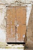 Braakliggende houten deur. — Stockfoto