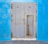 Porta de madeira na parede azul. — Fotografia Stock