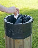 Hand papier gooien in litterbin. — Stockfoto