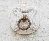 старый конь кольцо на стене. — Стоковое фото
