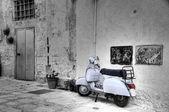 Weiße Scooter. Monopoli. Apulien. — Stockfoto