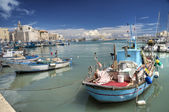 Boats moored in port. Trani. Apulia. — Foto de Stock