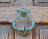Doorknocker on wooden frontdoor. — Stock Photo