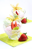 Ice cream with fruits — Stockfoto