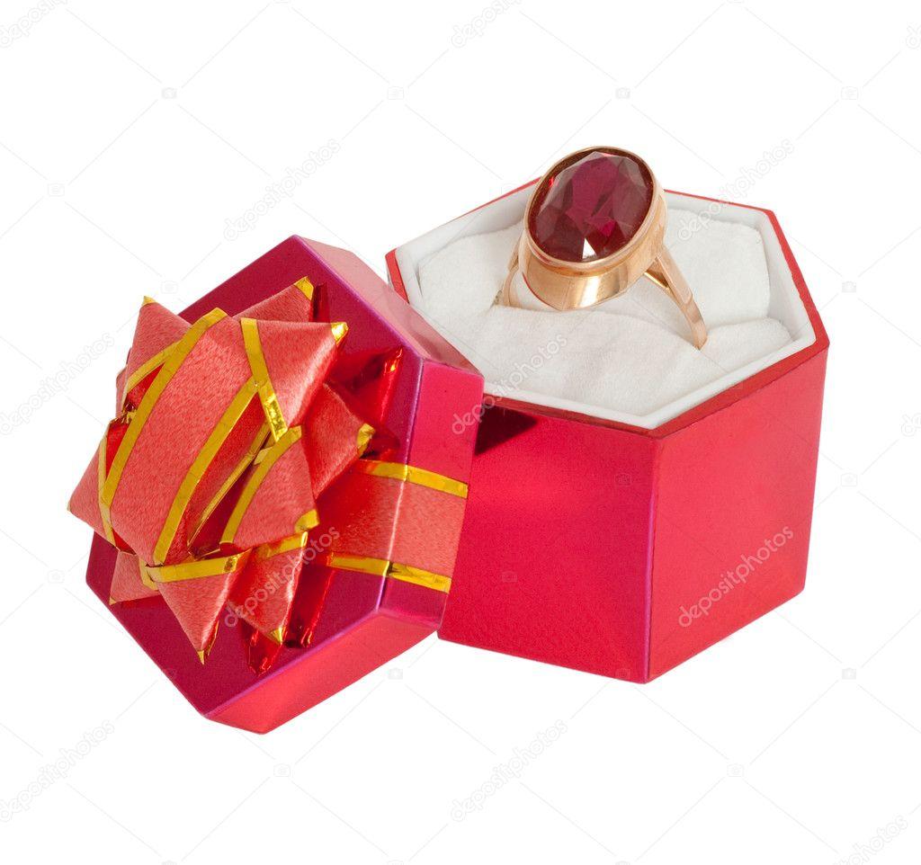 Золотое кольцо с большим рубином в красной подарочной коробочке. Изолировано на белом