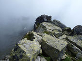 Trail mountain during bad weather, in fog — Stock Photo