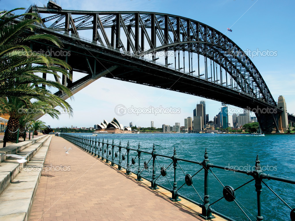 Walking on the path that leads beneath the Sydney Harbour Bridge in Australia.  Cityscape of Sydney behind. — Stock Photo #3068701