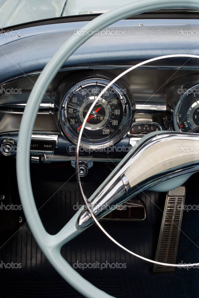 The steering wheel and dashboard of an antique classic car. — Stock Photo #3118760