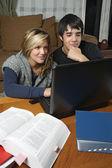 Studenten huiswerk met laptop — Stockfoto