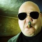 гангстер в темной комнате — Стоковое фото
