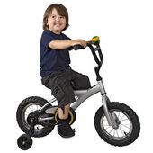 Bicicleta de equitação de garoto bonito — Fotografia Stock
