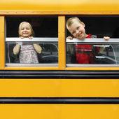 Niños en un autobús escolar — Foto de Stock