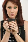 Vacker kvinna med gröna ögon dricka kaffe — Stockfoto