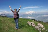 Kadın dağları uzun yürüyüşe çıkan kimse — Stok fotoğraf