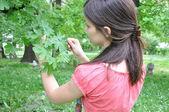 Una joven explora la naturaleza — Foto de Stock