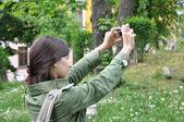 Dobrodružství dívka fotografování v natur — Stock fotografie