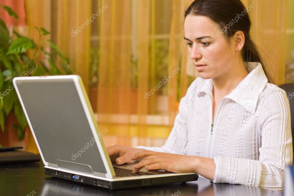 Woman working on laptop computer at home — Stock Photo #3054368