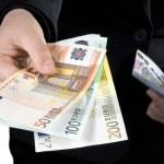 Hand giving Euro banknotes money — Stock Photo