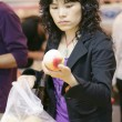 Woman buying peaches — Stock Photo