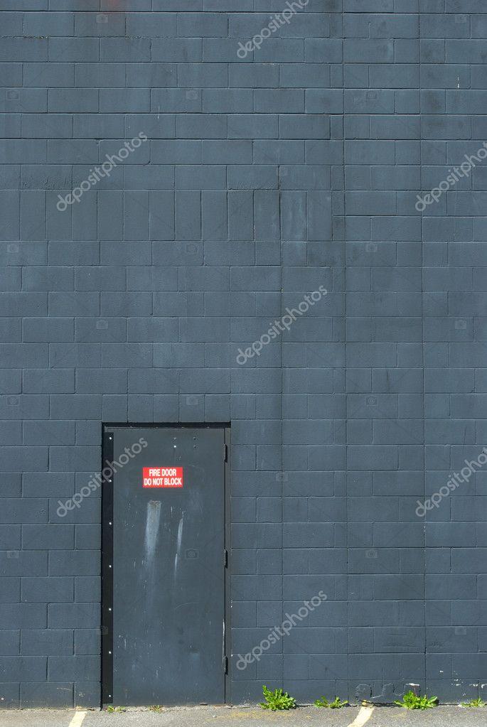 Porta metallica di fuoco impostato in muro grigio-blu — Foto Stock ...
