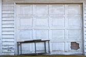 高齢化の白いガレージのドア — ストック写真