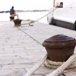 用绳索生锈码头 — 图库照片