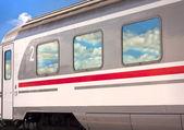 поезд с облако размышления — Стоковое фото