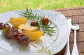 Brocheta con patatas y tomates cherry — Foto de Stock