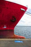 Proa de um velho cargueiro vermelho no cais — Fotografia Stock