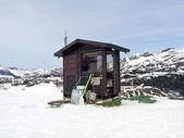 Distance cabane dans la montagne enneigée — Photo
