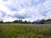 Se divierte el coche estacionado en una carretera de campo — Foto de Stock