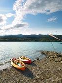Kajaky v pobřeží — Stock fotografie