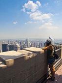 Young girl admiring Manhattan — Stock Photo