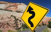 Winding Road (Traffic Sign) in Zion Nationalpark — 图库照片