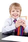 Chłopiec trzyma kredki — Zdjęcie stockowe
