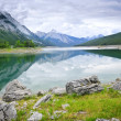 Lac de montagne dans le parc national jasper — Photo