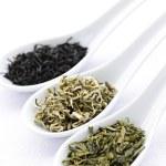 variedade de chá seco sai em colheres — Foto Stock