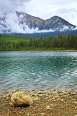 Mountain lake in Jasper National Park — Stock Photo