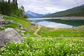 Mountain lake in Jasper National Park, Canada — Stock Photo