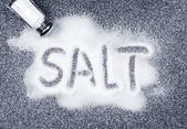 Salt spillt från shaker — Stockfoto
