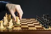 Hand bewegen Ritter am Schachbrett — Stockfoto