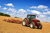 Traktor im gepflügtes feld — Stockfoto
