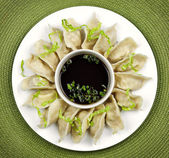 Steamed dumplings and soy sauce — Stock Photo