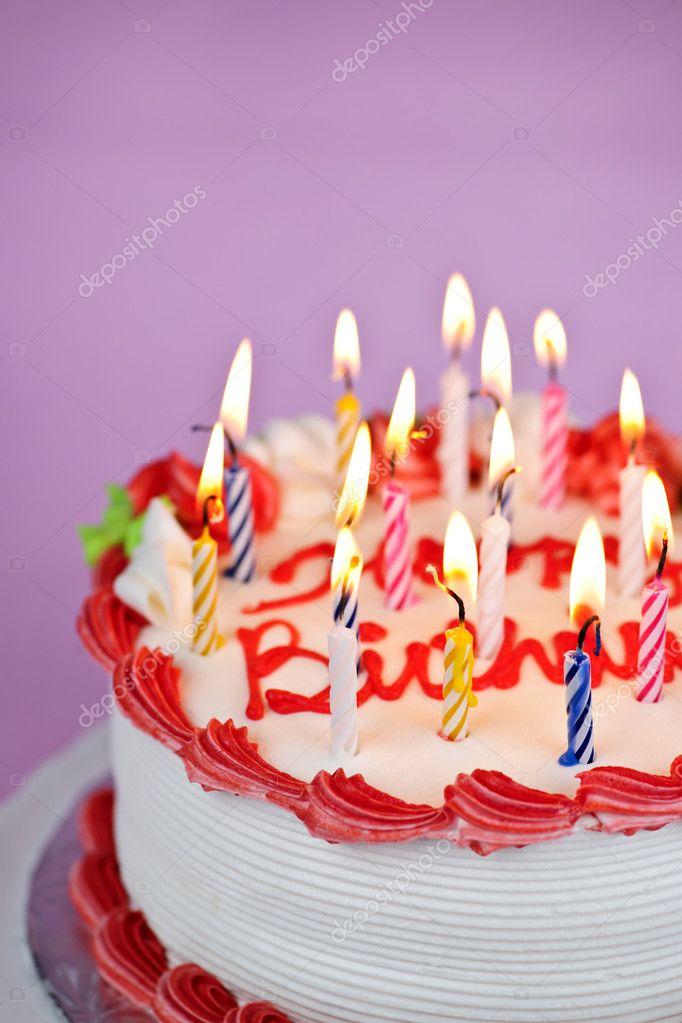 Torta di compleanno con candele accese   Foto Stock ...