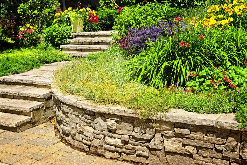 muri di sostegno giardino suggerimenti : ... giardino in casa con scale e muri di sostegno ? Foto Stock #4467572