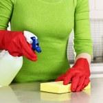 Девушка очистки кухня — Стоковое фото